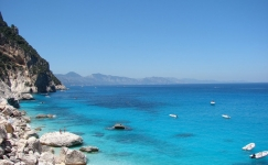 costa-smeralda-beaches-825x510